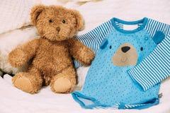 El ` s de Toy Bear Near Child viste los mamelucos Fotografía de archivo