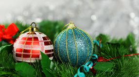 El ` s del Año Nuevo del día de fiesta juega bolas del color azul y rojo Foto de archivo libre de regalías