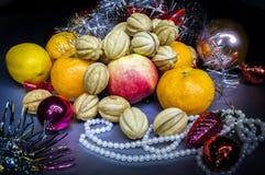 El ` s del Año Nuevo da fruto y las galletas en la tabla Fotografía de archivo