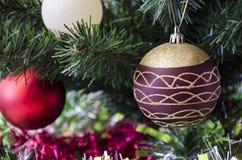 El ` s del Año Nuevo juega en el árbol de navidad Foto de archivo libre de regalías