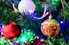 El ` s del Año Nuevo juega en el árbol de navidad Fotografía de archivo libre de regalías