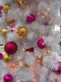 El ` s del Año Nuevo juega en un árbol de navidad Foto de archivo