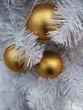 El ` s del Año Nuevo juega en un árbol de navidad Fotografía de archivo