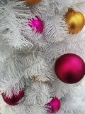 El ` s del Año Nuevo juega en un árbol de navidad Imágenes de archivo libres de regalías