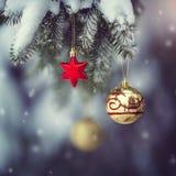 El ` s del Año Nuevo juega en un árbol nevado en un Año Nuevo fabuloso mágico del bosque A y una Navidad mágica Imagenes de archivo
