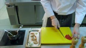 El ` s del cocinero da la pimienta roja curada que captura y ponerla así como otros ingredientes metrajes