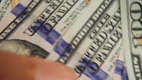 El ` s del hombre de negocios da la cuenta de cientos billetes de dólar en una tabla Cuenta del dinero Los dólares a disposición, almacen de video