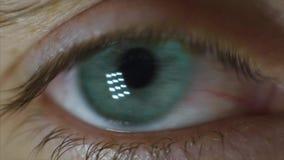 El ` s del hombre observa el primer vídeo Primer del ojo del ` s del hombre, movimiento nervioso El alumno mira alrededor almacen de metraje de vídeo