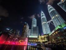 El ` s Eve Coloured Fountains del Año Nuevo en el Petronas se eleva Foto de archivo libre de regalías