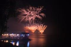 El ` s Eve Fireworks del Año Nuevo lanzó del agua con reflexiones Fotografía de archivo