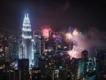 El ` s Eve Fireworks del Año Nuevo sobre el Petronas se eleva Kuala Lumpur Imagenes de archivo