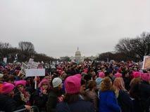 El ` s marzo de las mujeres en el Washington DC, manifestantes recolectó en la alameda nacional, capitolio en la distancia, los E Foto de archivo