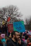 ¡El ` s marzo, manifestantes de las mujeres recolectados en la alameda nacional, habla hacia fuera! Washington DC, los E.E.U.U. Imágenes de archivo libres de regalías