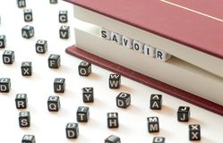 El saber francesa del significado del savoir de la palabra escrito con las letras atrapadas entre un libro archiva y las letras d foto de archivo libre de regalías