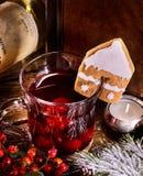 El sacador caliente del alcohol con los pasteles del jengibre adornó la taza Imagen de archivo libre de regalías