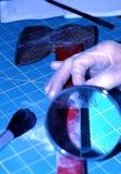 El sacar el polvo para las huellas digitales foto de archivo libre de regalías