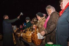 El sacerdote asperja el agua santa Dobrush, Bielorrusia Fotos de archivo libres de regalías