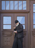 El sacerdote en abadía del sergei de Sam, Federación Rusa Imágenes de archivo libres de regalías