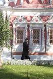 El sacerdote en abadía del sergei de Sam, Federación Rusa Foto de archivo libre de regalías