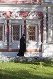 El sacerdote en abadía del sergei de Sam, Federación Rusa Fotografía de archivo libre de regalías