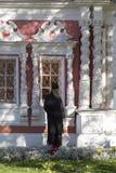 El sacerdote en abadía del sergei de Sam, Federación Rusa Imagenes de archivo