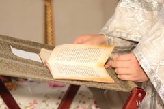 El sacerdote en iglesia lee rezo durante rito religioso Fotografía de archivo