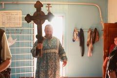 El sacerdote entra en la iglesia Fotos de archivo