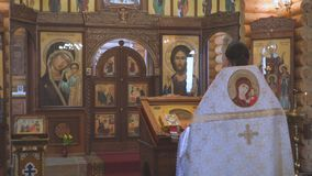 El sacerdote está detrás del atril metrajes