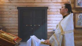 El sacerdote está detrás del atril