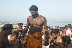 El sacerdote hindú lleva un ritual en Kerala Imagen de archivo libre de regalías