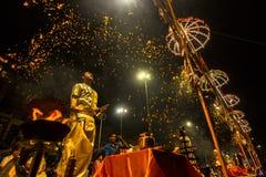 El sacerdote hindú realiza a Agni Pooja Sanskrit: Adoración del fuego en Dashashwamedh ghat principal y más viejo de Ghat - de Va Fotografía de archivo libre de regalías