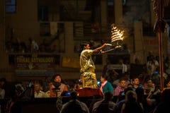 El sacerdote hindú realiza a Agni Pooja Sanskrit: Adoración del fuego en Dashashwamedh ghat principal y más viejo de Ghat - de Va Fotos de archivo