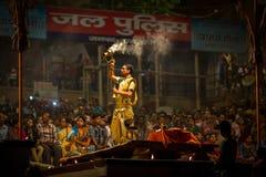 El sacerdote hindú realiza a Agni Pooja Sanskrit: Adoración del fuego en Dashashwamedh ghat principal y más viejo de Ghat - de Va Imagen de archivo libre de regalías