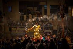 El sacerdote hindú realiza a Agni Pooja Sanskrit: Adoración del fuego en Dashashwamedh ghat principal y más viejo de Ghat - de Va Imagenes de archivo
