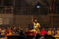 El sacerdote hindú realiza a Agni Pooja Sanskrit: Adoración del fuego en Dashashwamedh ghat principal y más viejo de Ghat - de Va Fotos de archivo libres de regalías