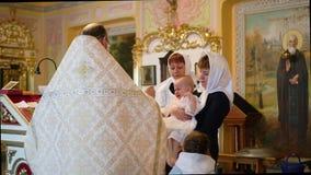 El sacerdote lleva al ni?o al altar almacen de video