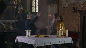 El sacerdote muestra apagado la iglesia vieja almacen de video