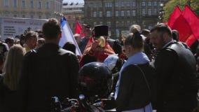 El sacerdote ortodoxo asperja el agua santa a la gente Desfile y demostración de los motoristas almacen de video