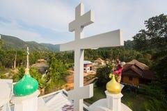 El sacerdote ortodoxo restaura cruces en las bóvedas de la iglesia Imagen de archivo libre de regalías