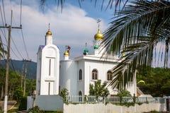 El sacerdote ortodoxo restaura cruces en las bóvedas de la iglesia Foto de archivo libre de regalías