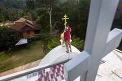 El sacerdote ortodoxo restaura cruces en las bóvedas de la iglesia Imágenes de archivo libres de regalías
