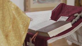 El sacerdote ortodoxo ruega la situación para hacer frente al iconostasio almacen de metraje de vídeo