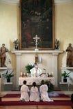 El sacerdote que celebra Massachusetts fácil agregar al mayor de la composición, sin gradientes imagen de archivo