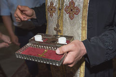 El sacerdote sostiene los utensilios de la iglesia, bálano, ceremonia del bautismo del agua, diversos objetos necesarios para el  Imagenes de archivo