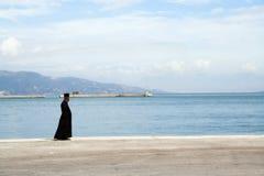 El sacerdote y el mar Foto de archivo libre de regalías