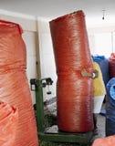 El saco grande móvil del trabajador de coca se va por completo en Coca Leaves Depot en Chulumani Imagen de archivo libre de regalías