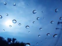 El saeason lluvioso hizo un waterdrop pegado delante del coche Foto de archivo libre de regalías