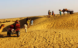El safari de las dunas y del camello de arena en el jaiisalmer Thar abandona la India Fotos de archivo libres de regalías