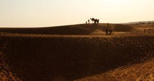 El safari de las dunas y del camello de arena en el jaiisalmer Thar abandona la India Imágenes de archivo libres de regalías