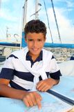 El sailorsitting adolescente del muchacho en correspondencia de la carta del barco del puerto deportivo Fotos de archivo libres de regalías